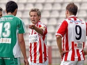 Luděk Stracený verbálně usměrňuje Neneda Novakovice (zády) z týmu Bystrce.