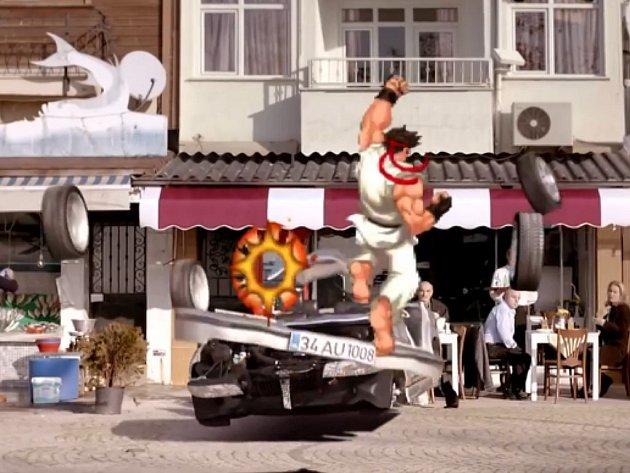 Bojovník Ryu z počítačové hry Street Fighter 2 v akci.