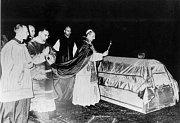 papež Pavel VI. žehná tělesným ostatkům zesnulého kardinála Berana.