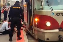 Chlapec se s odrážedlem zaklínil pod tramvají.