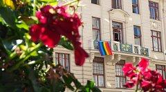 Náměstkyně primátorky Petra Kolínská (Zelení) vyvěsila na magistrátu duhovou vlajku na podporu festivalu Prague Pride.
