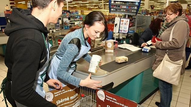 Potravinová sbírka se v Praze uskuteční na více než třiceti místech. Zájemci mohou v době nákupu do košíku přidat i něco pro chudé. Ilustrační foto.