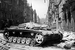V ulici Pařížská, která se ze Protektorátu jmenovala Norimberská, zničili povstalci obrněné vozidlo.