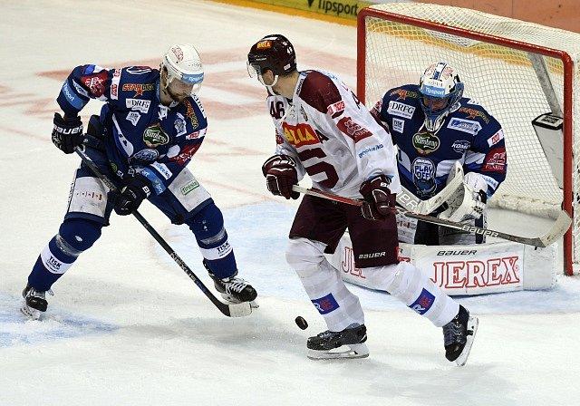 Čtvrtfinále play off hokejové extraligy - 2. zápas: HC Sparta Praha - HC Kometa Brno, 14. března v Praze.Tomáš Malec (vlevo) a brankář Marek Čiliak z Brna a Petr Kumstát ze Sparty.