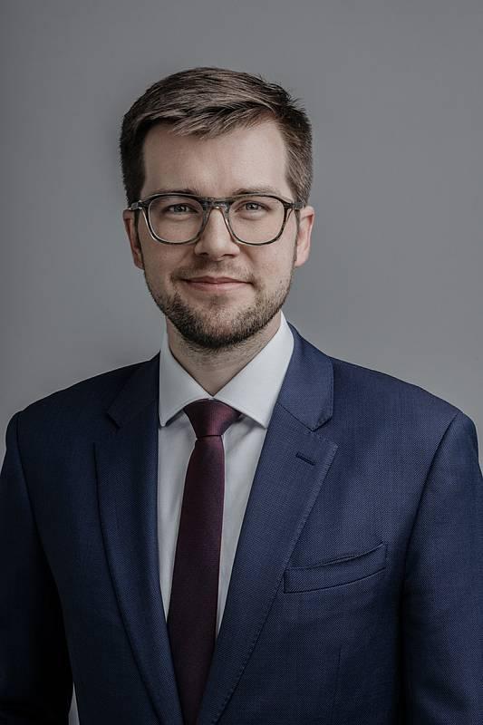 Mgr. et Mgr. Jakub Michálek, 32 let, předseda poslaneckého klubu Pirátů, právník se zaměřením na otevřenost veřejné správy a justice, Piráti+STAN.