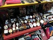 Zboží se nacházelo v utajeném skladu za dvojitou stěnou stánku.