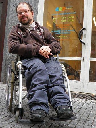 """""""Moji rodiče byli báječní a po narození mě """"neodložili"""". Mnoho mých handicapovaných kamarádů ale tolik štěstí nemělo,"""" říká Tomáš Lanc."""