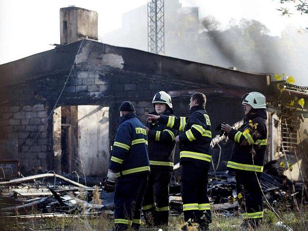 Záchranáři a policisté ohledávali ráno 27. října místo požáru drážní budovy vedle autobusového nádraží Praha-Florenc.