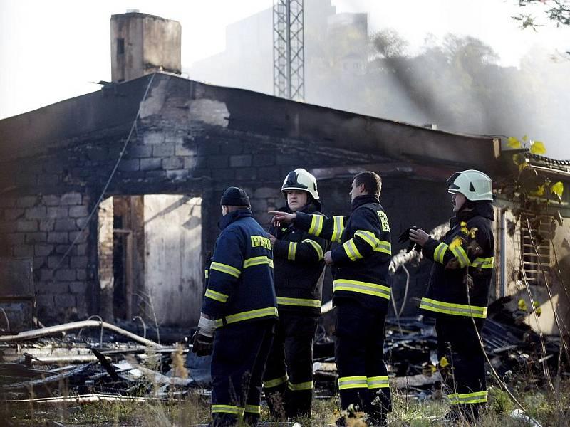 Záchranáři a policisté ohledávali ráno 27. října 2010 místo požáru drážní budovy vedle autobusového nádraží Praha-Florenc.