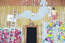 Stará a zchátralá budova železničního skladu na řevnické vlakové zastávce se proměnila v galerii moderního umění, kde mají návštěvníci možnost vidět díla především mladých a začínajících umělců.