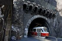 Jen krokem, rychleji to zatím nejde. Opravy by se měly koleje pod vyšehradským tunelem dočkat v listopadu.