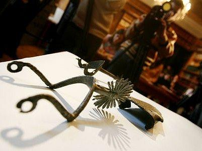 Pan Tůma nahromadil ve svém bytě několik tisíc předmětů nedozírné historické ceny.