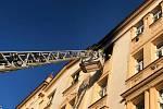 Pražští hasiči zasahují u požáru v Nuslích. Dva muži byli popálení.