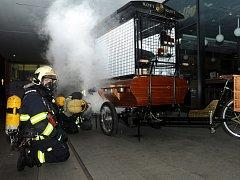 Požár stánku před obchodním domem Quadrio