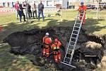 Báňští záchranáři zkoumají propadlý strop objektu na Černém Mostě.