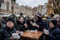 Pražská primátorka Adriana Krnáčová rozlévala 24. prosince na pražském Staroměstském náměstí rybí polévku.