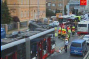 V Radlické ulici po srážce s autobusem vykolejila tramvaj.