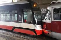 V Praze se 11. 2. 2021 srazily tramvaje.