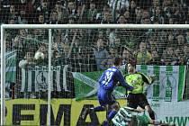 Půlmistři. GÓL! Milan Škoda (v pruhovaném) střílí vítěznou branku Bohemians 1905, smutně přihlíží třinecký gólman Martin Lipčák i jeho spoluhráč Michael Hupka.