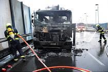 Na Jižní spojce hořel nákladní vůz