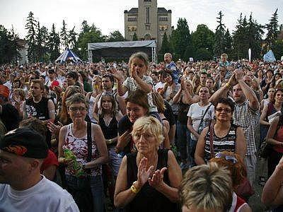 Veřejnost během koncertu skupiny Olympic 27.května. Festival hudby a divadel Mezi ploty zahaíl se pošesnácté 26.kvetna v Bohnicich.