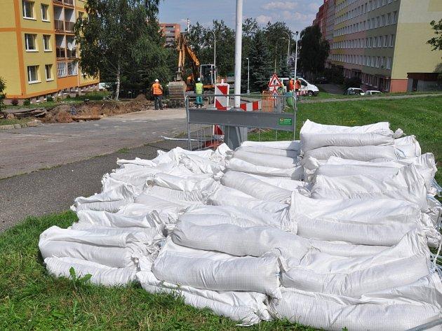 Obrovský kráter se v noci na úterý vytvořil vlivem přívalových dešťů mezi domy na okraji sídliště v pražské Michli – v ulici Na Křivině (na pomezí Michle a Pankráce). Vyžádal si přerušení dodávky vody pro zhruba 4200 lidí.