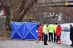 V centru Prahy bylo ve Vltavě nalezeno tělo mrtvé ženy.