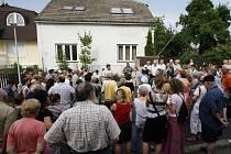 NEMAJÍ KAM JÍT. Městská část nabídla azylovému domu pouze částečnou náhradu, navíc nejsou v okolí vítáni. Na projednávání petice se dostavili starosta Prahy 11 Dalibor Mlejnský i ředitelka os. Společnou cestou Milena Svobodová.