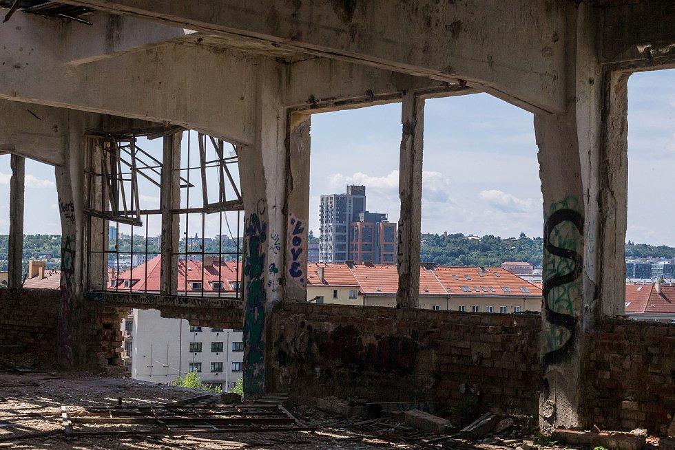 Jedna z posledních nevyužívaných budov po slavné značce ČKD, 29. 7. 2021.