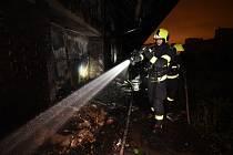 Na Žižkově hořela hala s uskladněným nábytkem.