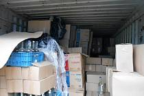 Pražští celníci zabavili přes 11 tisíc lahví lihovin v tajném skladě v Hostivaři.