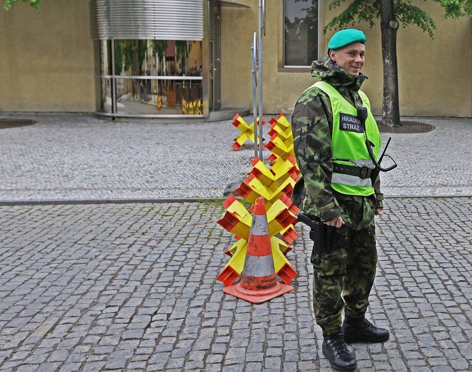 Fronty při bezpečnostní kontrole u vstupu do areálu Pražského hradu.