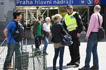 Pražská policie společně se strážníky evakuovala v úterý 10. května 2016 po poledni budovu hlavního nádraží v centru metropole. Důvodem byl telefonát anonyma hrozícího bombou. Při prohlídce se nenašlo nic nebezpečného.