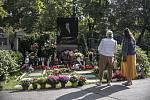 Lidé si připomínali první výročí úmrtí zpěváka Karla Gotta u jeho hrobu v Praze 1. října.