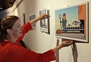 Příprava před zahájením výstavy kresleného humoru Pavla Kantorka Třičtvrtě století s humorem. V Písecké Bráně je výstavu možné navštívit do 5.září.