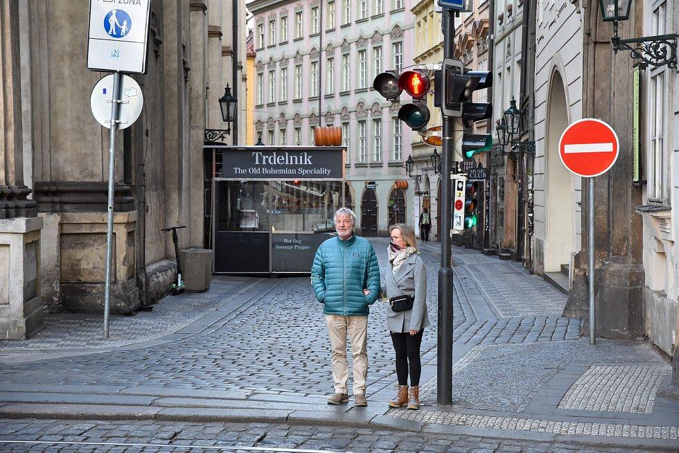 Prázdné ulice Prahy a lidé s rouškami 18. března 2020. Přechod Karlova ulice - Křižovnické náměstí u Karlovu mostu.