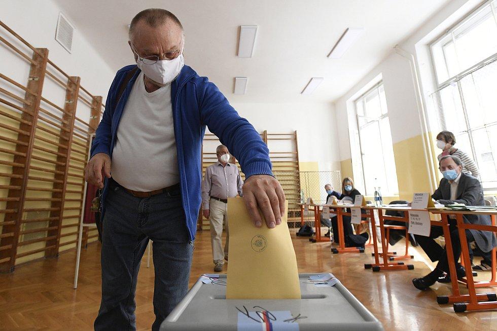 Senátní volby 2020 v Praze. Volební místnost v základní škole na Strossmayerově náměstí.