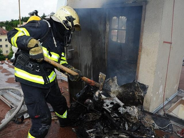 Požár odpadu ve strojovně výtahu v pražských Strašnicích.