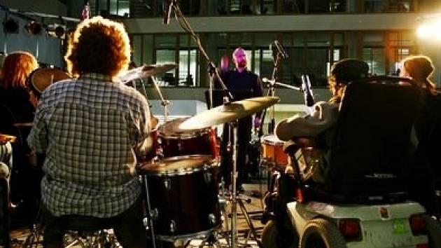 Autor projektu Šimon Ornest vede již několik let kapelu The TAP TAP, kterou tvoří muzikanti s různým postižením.