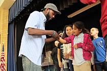 Devon Glover. Uznávaný umělec, který předělal Shakespeara do hip hopu.