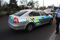 Sekera zasáhla policejní vozidlo.