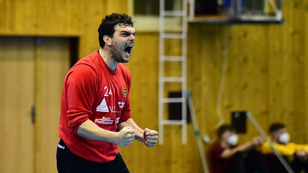 Kapitán házenkářské Dukly Tomáš Petržala diriguje tým.