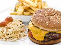 Chipotle burger v opečené sezamové bulce se sýrem Monterey.