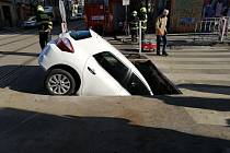 Hasiči vyprošťovali 13. května ráno osobní vozidlo, se kterým sjela řidička do výkopu v ulici Nad Primaskou v Praze 10.