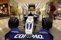 Monopost Williams FW23 týmu BMW Williams F1 z roku 2001, na kterém jezdili piloti F1 Ralf Schumacher a Juan Pablo Montoya. Třílitrový motor o výkonu 830 koňských sil dovoloval vozu jet rychlostí 350 km/h.