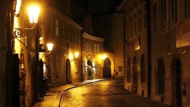 Na srovnávacích fotografiích pražských památek před a po opravě jsou i plynové lampy na Starém městě.