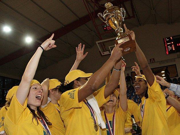 Basketbalistky ZVVZ USK Praha získaly mistrovský titul.