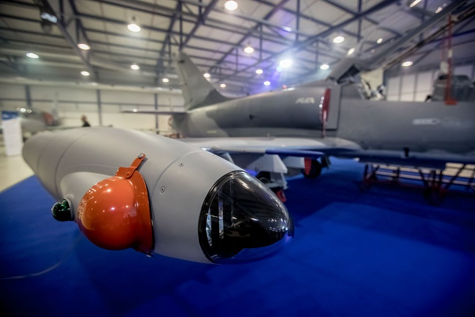 Nový letoun L-159 představila společnost Aero Vodochody 31. března ve svém areálu v Odoleně Vodě u Prahy.