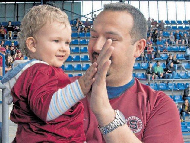 NA RODINNÉ TRIBUNĚ. Věrný sparťan Lukáš Vinter si se synem Patrikem pohodu na rodinné tribuně užíval do té doby, než jeho syn začal plnohodnotně Spartě fandit.