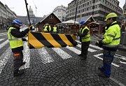 Betonové protiteroristické zábrany na pražském Václavském náměstí jsou v období vánočních trhů či jiných svátků.